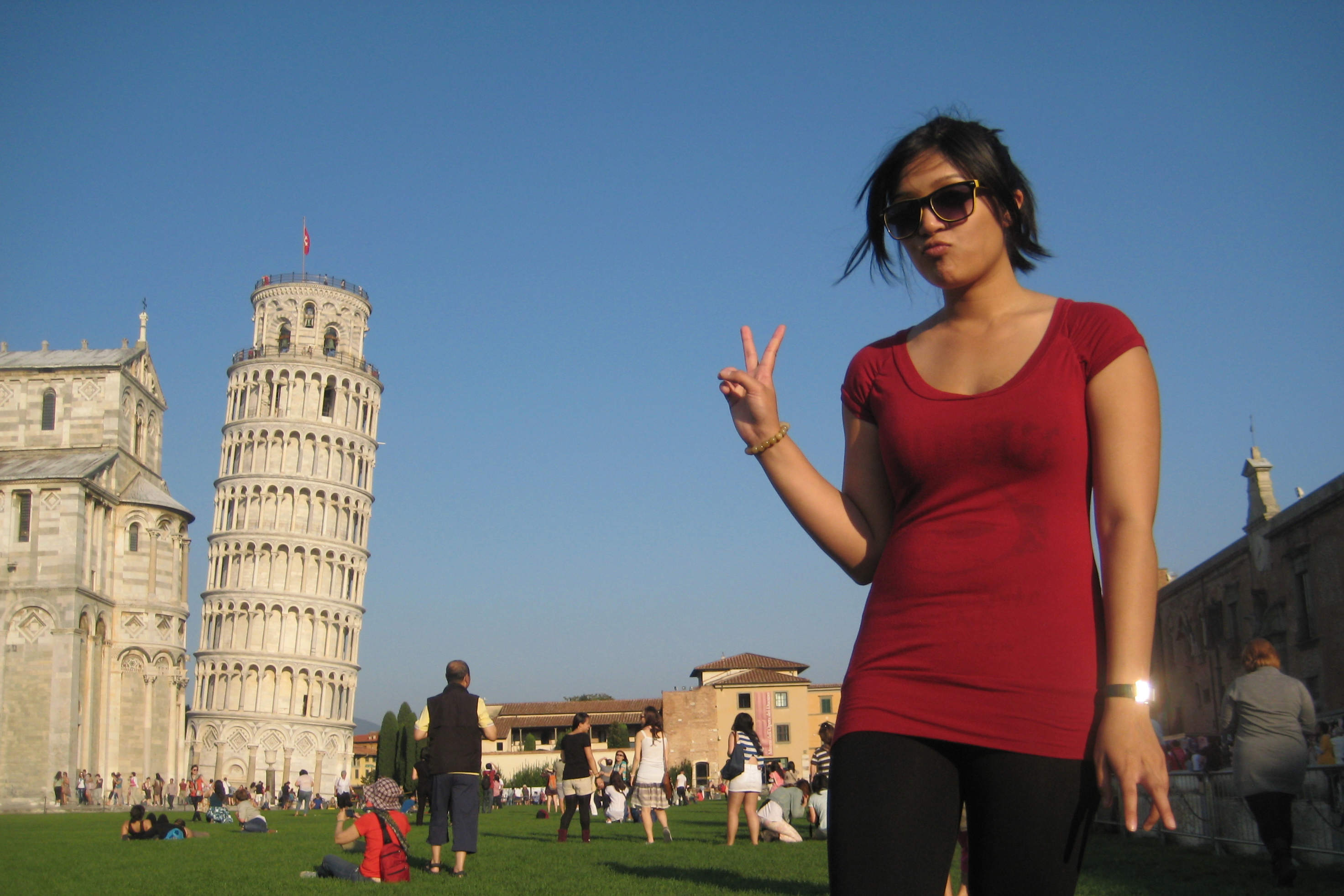 Karra posing in front of the leaning tower of pisa